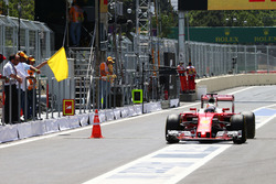 Sebastian Vettel, Ferrari SF16-H passa il cono dove un tombino è venuto via