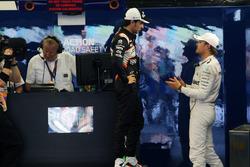 (Da Sx a Dx): Sergio Perez, Sahara Force India F1 con Nico Rosberg, Mercedes AMG F1 nel parco chiuso