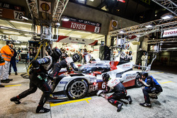 Pit stop for #6 Toyota Racing Toyota TS050 Hybrid: Stéphane Sarrazin, Mike Conway, Kamui Kobayashi