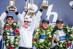 Podio LMGT Pro: vincitori di classe #68 Ford Chip Ganassi Racing Ford GT: Joey Hand, Dirk Müller, Sébastien Bourdais con l'executive chairman Ford Motor Company Bill Ford Jr.