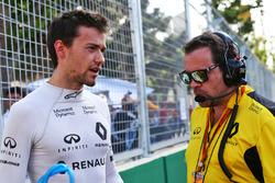 Jolyon Palmer, Renault Sport F1 Team met Julien Simon-Chautemps, Renault Sport F1 Team Race Engineer op de grid