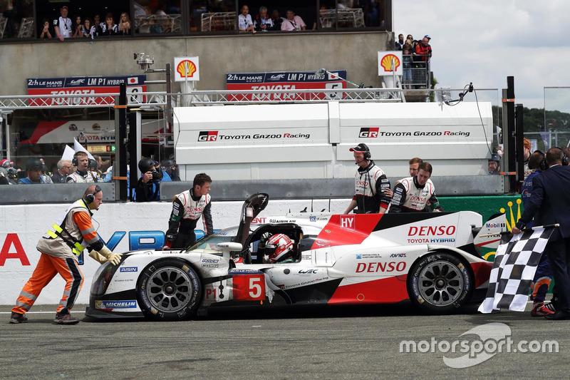 #5 Toyota Racing Toyota TS050 Hybrid: Anthony Davidson, Sébastien Buemi, Kazuki Nakajima son turda pist üzerinde duruyor