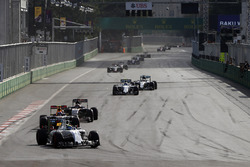 Фелипе Масса, Williams FW38 едет впереди Макса Ферстаппена, Red Bull Racing RB12, Даниил Квята, Toro Rosso STR11 и Валттери Боттаса, Williams FW38