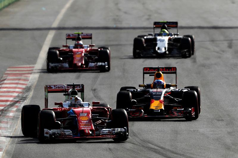 Sebastian Vettel, Ferrari SF16-H, ve Daniel Ricciardo, Red Bull Racing RB12