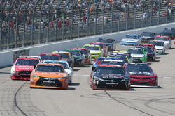 Start: Daniel Suarez, Joe Gibbs Racing Toyota dan Sam Hornish Jr., Joe Gibbs Racing Toyota lead