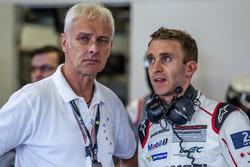 Matthias Müller, Vorstandsvorsitzender Volkswagen AG, mit Timo Bernhard