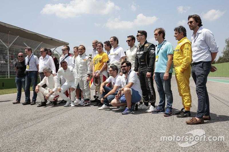 Foto de grupo con los invitados en el día histórico de Minardi