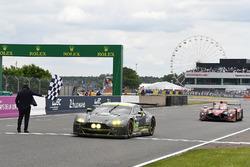 Drapeau à damier : #97 Aston Martin Racing Aston Martin Vantage: Richie Stanaway, Fernando Rees, Jonathan Adam