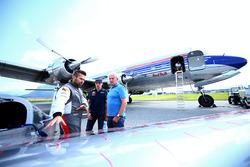 Piloot Hannes Arch toont zijn vliegtuig aan Max Verstappen en Dr. Helmut Marko
