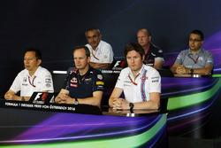 La Conferencia de prensa FIA: Beat Zehnder, director del equipo Sauber F1; Graham Watson, jefe de equipo Scuderia Toro Rosso; Luca Furbatto, Manor Racing jefe de diseño; Yusuke Hasegawa, director del programa de Honda F1; Paul Monaghan, Red Bull Racing Ing
