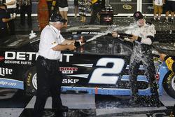 Sieger Brad Keselowski, Team Penske, Ford, feiert mit Roger Penske