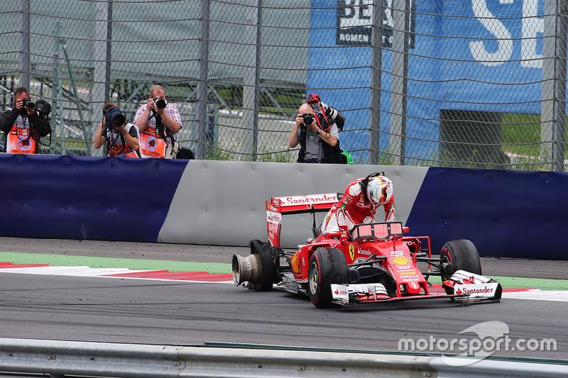 Sebastian Vettel, Ferrari SF16-H retirado de la carrera cuando explotó su neumático trasero