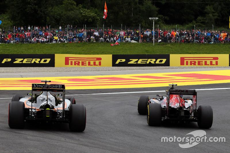 Carlos Sainz Jr., Scuderia Toro Rosso STR11 y Sergio Pérez, Sahara Force India F1 VJM09 luchan por la posición