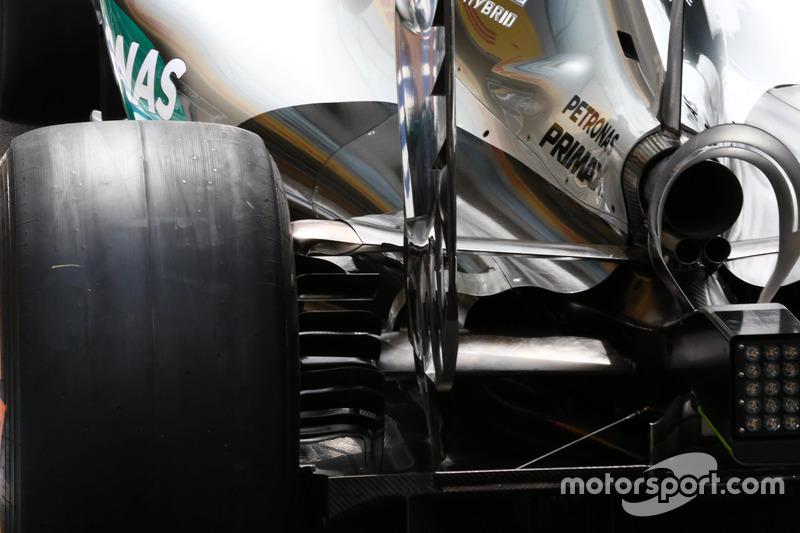Mercedes, estrecha tapa de motor y detalle de difusor