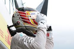 Lewis Hamilton, Mercedes AMG F1 viert zijn pole in in parc ferme
