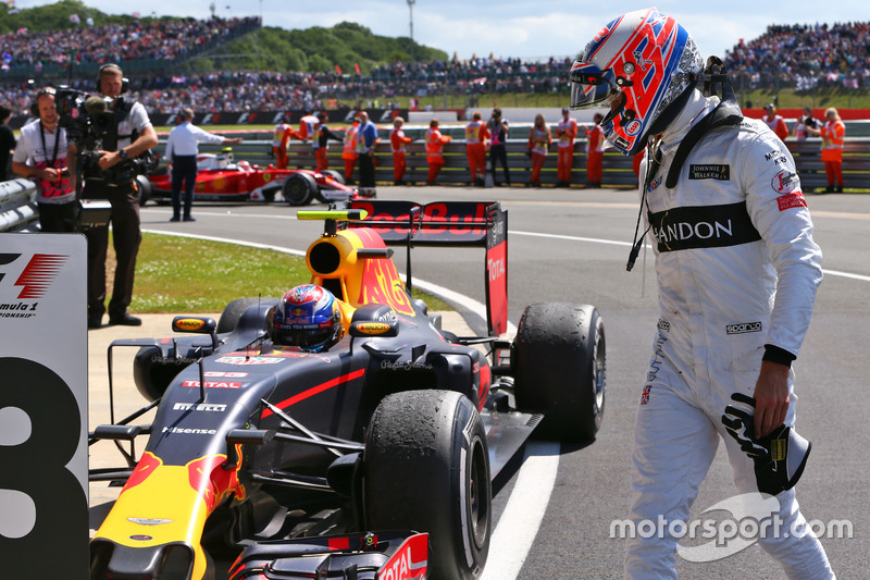 Jenson Button, McLaren ve Max Verstappen, Red Bull Racing RB12, parc ferme
