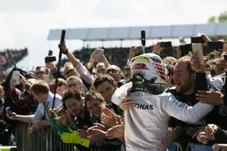 Il vincitore della gara Lewis Hamilton, Mercedes AMG F1 festeggia con il team nel parco chiuso