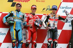 Подіум: переможецб Кейсі стоунер, Ducati; друге місце Джон Хопкінс, Suzuki; третє місце Нікі Хейден, Repsol Honda