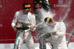 Podium: 2. Nico Rosberg, Mercedes AMG F1; Sieger Lewis Hamilton, Mercedes AMG F1 bei der Champagnedusche
