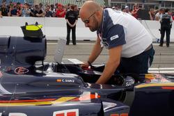 Inspection de la monoplace de Carlos Sainz après le Grand Prix