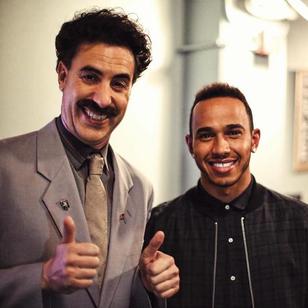Lewis Hamilton ao lado do peronagem Borat