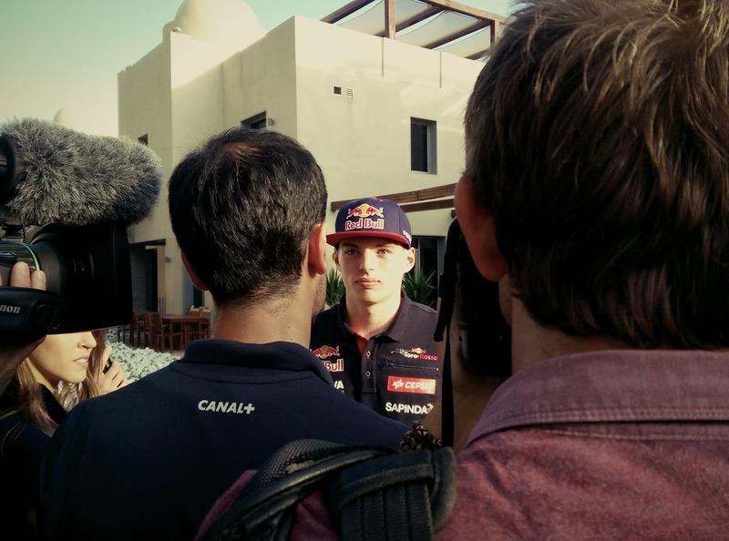 Max Verstappen in gesprek met de pers op het Yas Marina Circuit