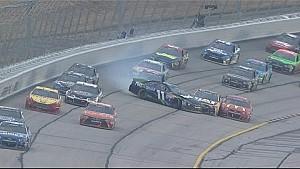 Hamlin gira y choca con varios conductores