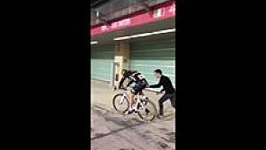 Quand le cyclisme s'invite sur le circuit d'Abu Dhabi!